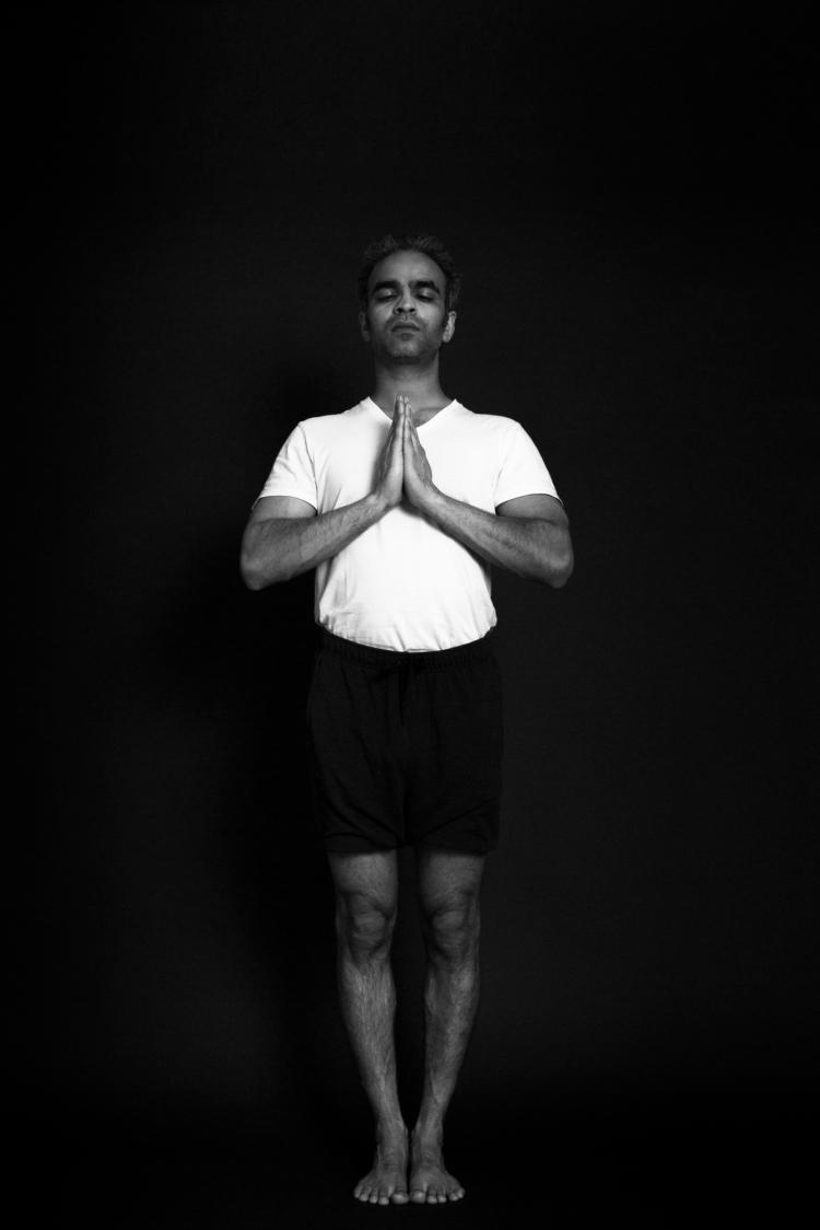 posture de la montagne pour la santé du genou