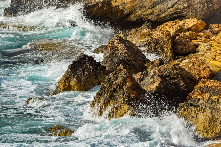 Comme l'eau réduit les roché en poussière, la pratique enleve les vritti